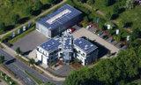 Auf dem Dach des Firmensitzes der vs vergleichen-und-sparen GmbH wird CO2 eingespart.