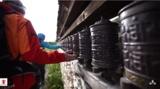 Trekking Touristen drehen Gebetsmühlen für gutes Karma