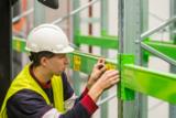 ONK bietet europaweit den Montageservice für seine Etiketten, Schilder und Bodenmarkierungen.