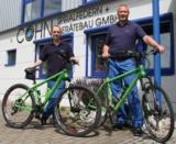 Grüner Gedanke, grüne Fahrräder: Andreas Funke und Dirk Overkamp vor dem Cohn-Firmengebäude.