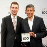 """Ranga Yogeshwar (re.) überreichte Marcus Eisenhuth, COO, BARTEC Gruppe, das """"Top 100""""-Siegel"""