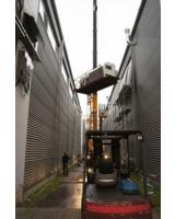 Die tonnenschweren Fertigungsanlagen stemmt der Autokran mühelos in die Höhe.  Foto: Künne