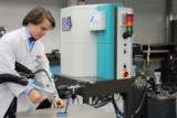 Vergießen unter Vakuum bringt mehr Sicherheit beim Fertigen von Baugruppen und Geräten.