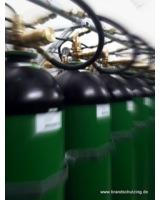 Stickstoff wird in Flaschen bevorratet, um im Brandfall automatisch zu löschen.