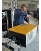 Ein SolarMax-Wechselrichter der HT-Serie bei der Endkontrolle