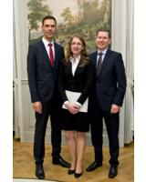 Magdalena Maria Pollok mit Prof. Dr. Ulrich Kuron (l.) und Lutz Penzel