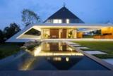 Ein blickgeschützter Wohn- und Poolbereich garantiert den Bauherren ihre Privatsphäre.
