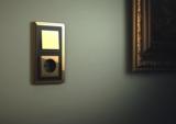 Gira ClassiX mit abgerundeten Ecken und goldglänzender Oberfläche zaubert luxuriöses Wohnambiente.