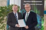 Dr. Alexander Egner und Prof. Wolfgang Nebel bei der  Urkundenübergabe an das Laser-Laboratorium