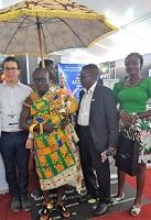 Eine königliche Delegation aus Ghana informiert sich am Stand der Dacher Systems GmbH.