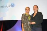 Dr. Frankenberger überreicht Frau Prof. Giehl den Kindness for Kids Versorgungspreis 2016