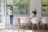 Design und Tradition. New Loom Chairs für schönes Sitzen.. Blue Wall.