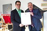Rainer Kesper (re.) überreicht Ralf Ehring (li.) das Zertifikat für Nachwuchsförderung.