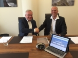 www.wind-turbine.com: Bernd Weidmann (rechts) und Henk van den Bosch besiegeln die Übernahme