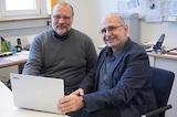 imbus-Vorstandsmitglied Thomas Roßner (rechts) überreichte Rektor Markus Elser die Ultrabooks.