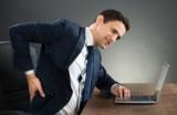 Rückenschmerzen im Büro (c)shutterstock/Andrey Popov