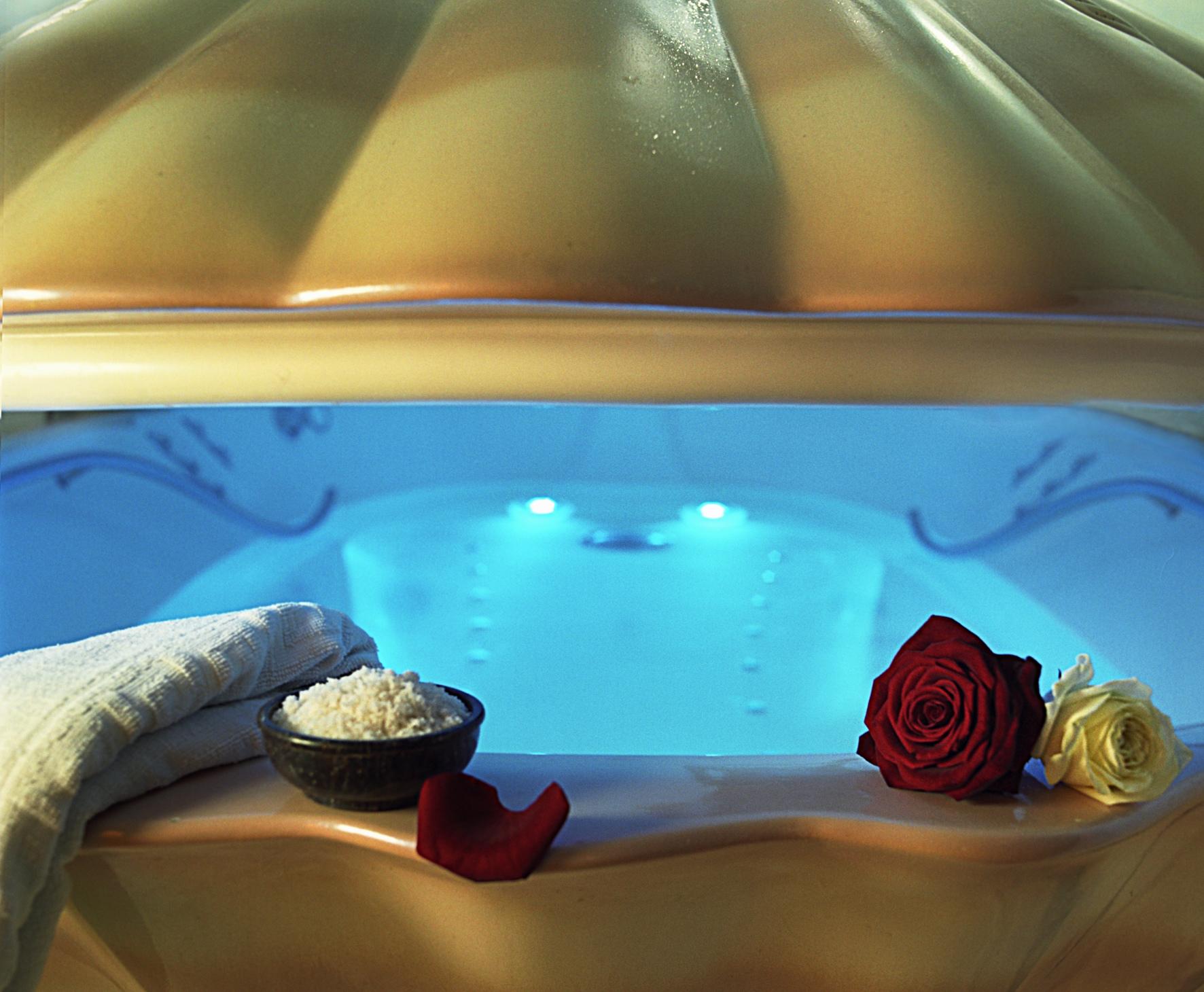 beauty behandlung und eine tonne salz f r berlins gr te sauna und wellnesslandschaft. Black Bedroom Furniture Sets. Home Design Ideas
